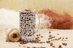 Bella candela fatta a mano decorativa con i chicchi di caffè sul vecchio sa immagini stock