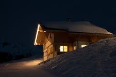Bella capanna di corsa con gli sci alla notte Fotografia Stock Libera da Diritti