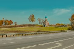 Bella cappella con la cupola blu vicino alla pista fotografia stock