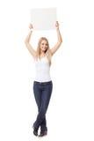 Bella carta della tenuta della ragazza immagine stock libera da diritti