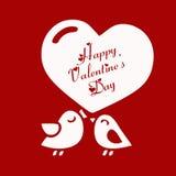 Bella carta di biglietti di S. Valentino di amore felice di giorno con gli uccelli svegli delle coppie di amore su fondo rosso Immagine Stock Libera da Diritti