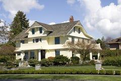 Bella casa con le progettazioni di traditinal fotografia stock