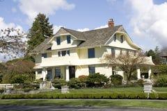 Bella casa con le progettazioni di traditinal fotografie stock