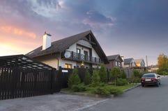 Bella casa dalla strada. fotografie stock