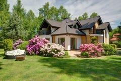 Bella casa del villaggio con il giardino Fotografia Stock Libera da Diritti