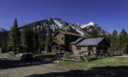 Bella casa di campagna in foresta alla città di Cooke in U.S.A. Immagine Stock