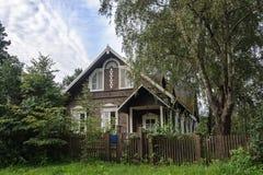 Bella casa di legno suburbana Immagine Stock Libera da Diritti