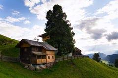Bella casa di legno sul pendio di collina sopra Schladming in Stiria, Austria Fotografie Stock