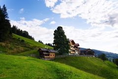 Bella casa di legno sul pendio di collina sopra Schladming in Stiria, Austria Immagine Stock