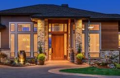 Bella casa di lusso esteriore nella sera, con il cielo blu profondo fotografia stock