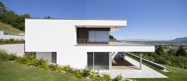 Casa moderna esterno con prato inglese illustrazione di for Casa moderna bella faccia