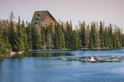 Bella casa nel legno dal lago! Immagini Stock Libere da Diritti