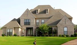 Bella casa suburbana dello stucco e di Tan Brick Fotografie Stock