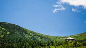 Bella casa sul piede della catena montuosa Immagine Stock Libera da Diritti