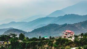 Bella casa sulla valle della montagna immagine stock