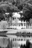 Bella casa sullo stagno fotografia stock libera da diritti