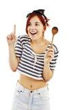 Bella casalinga di stile del pinup con il cucchiaio di legno Immagini Stock
