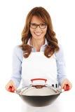 Casalinga graziosa che tiene un wok Fotografia Stock