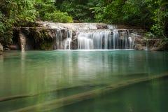 Bella cascata che cade nel chiaro stagno Fotografia Stock Libera da Diritti