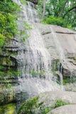 Bella cascata con i getti di acqua sulle rocce Fotografia Stock