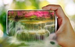 bella cascata 3D sullo smartphone Fotografia Stock Libera da Diritti