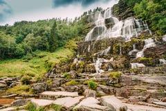 Bella cascata famosa di Tvindefossen in Norvegia Fotografia Stock