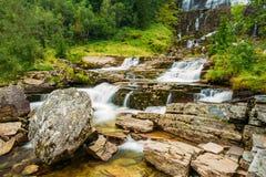 Bella cascata famosa di Tvindefossen in Norvegia Fotografie Stock Libere da Diritti