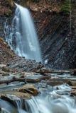Bella cascata Huk della montagna nei Carpathians Fotografia Stock Libera da Diritti