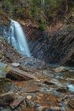 Bella cascata Huk della montagna nei Carpathians Immagine Stock