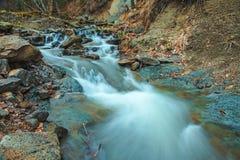 Bella cascata Huk della montagna nei Carpathians Fotografie Stock