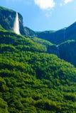 Bella cascata nei fiordi della Norvegia Immagine Stock