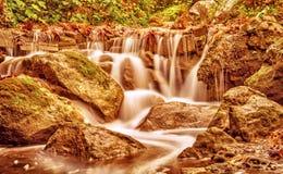 Bella cascata nel parco di autunno Fotografie Stock Libere da Diritti