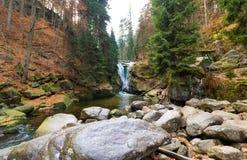 Bella cascata nel parco, paesaggio di autunno Fotografia Stock Libera da Diritti