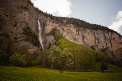 Bella cascata nel villaggio dello svizzero di Lauterbrunnen Fotografie Stock Libere da Diritti