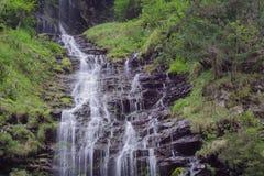 Bella cascata nella valle di Weisstannen nelle alpi svizzere Immagine Stock Libera da Diritti
