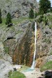 Bella cascata nelle montagne Fotografie Stock