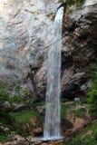 Bella cascata nelle montagne Immagini Stock