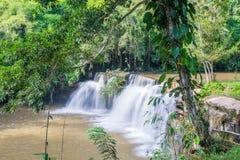 Bella cascata in parco nazionale, Tailandia Immagine Stock