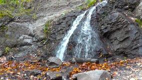 Bella cascata in piccole montagne archivi video