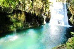 Bella cascata in pieno delle tonalità di colore verde smeraldo Immagini Stock