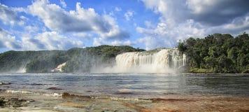 Bella cascata potente che sfocia nel lago Fotografie Stock Libere da Diritti