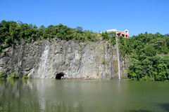 Bella cascata stretta nel parco Fotografia Stock Libera da Diritti