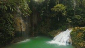 Bella cascata tropicale Isola di Filippine Cebu archivi video