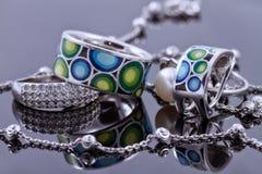 Bella catena insolita dell'argento e un anello d'argento con le gemme Immagini Stock