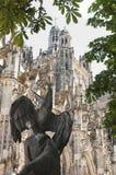 Bella cattedrale con nella parte anteriore una statua fotografie stock