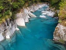 Bella chiara acqua blu al passaggio di Haast, Nuova Zelanda Fotografie Stock Libere da Diritti