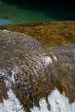 Bella chiara cascata brillante che fa scorrere sopra una roccia   Fotografie Stock