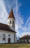 Bella chiesa bianca con l'alta torre in Thun, Svizzera Immagine Stock Libera da Diritti