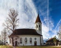 Bella chiesa bianca con l'alta torre in Thun, Svizzera Immagini Stock Libere da Diritti
