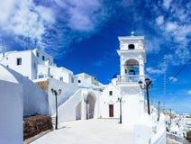 Bella chiesa bianca con le campane e una cupola blu in Amerofigli, Santorini, Grecia fotografie stock libere da diritti